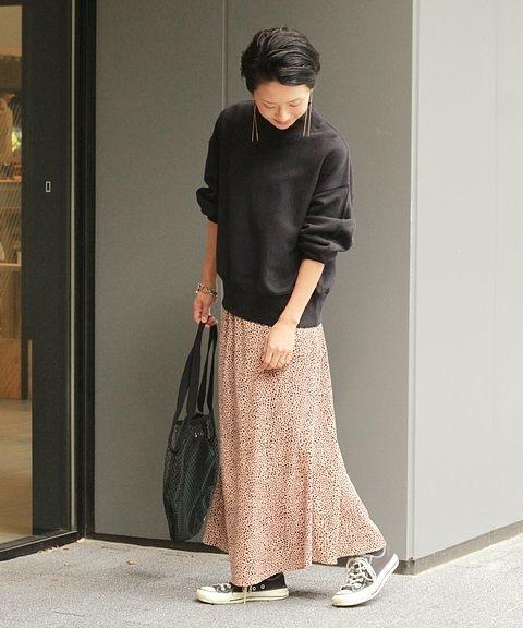 ピンクベージュのレオパード柄スカート×黒のスウェットのコーデ
