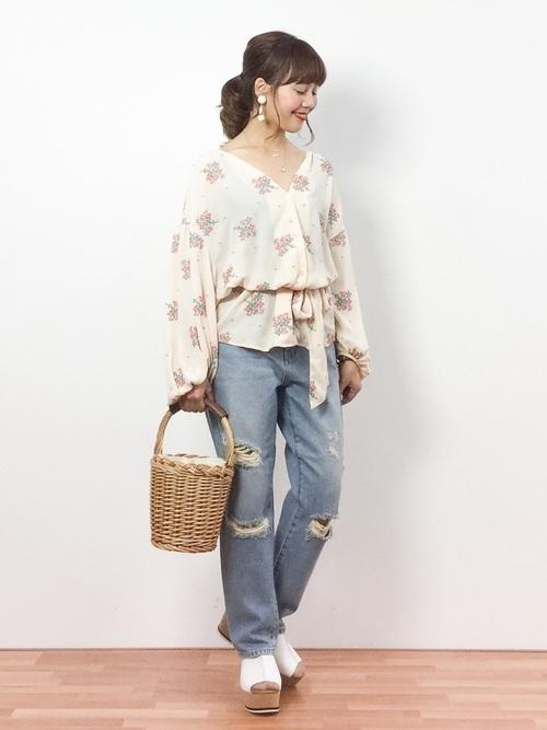 刺繍ブラウスを使ったガールフレンドデニムコーデ