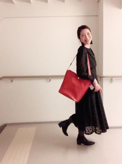 赤バッグと黒ワンピース