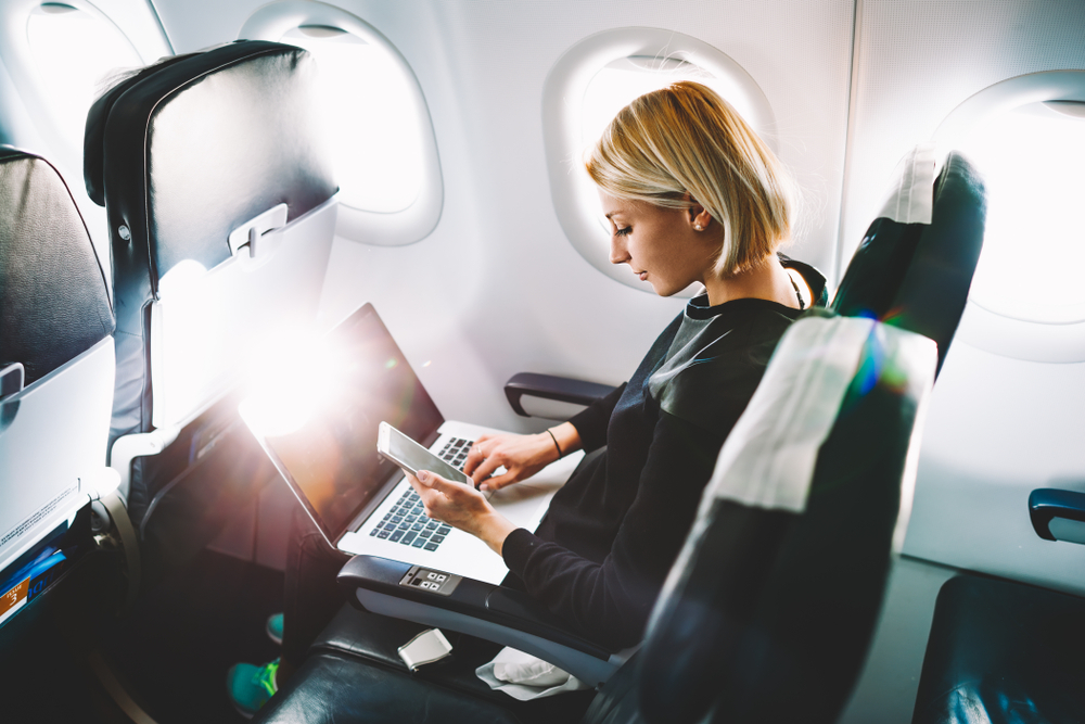 機内で仕事をする女性