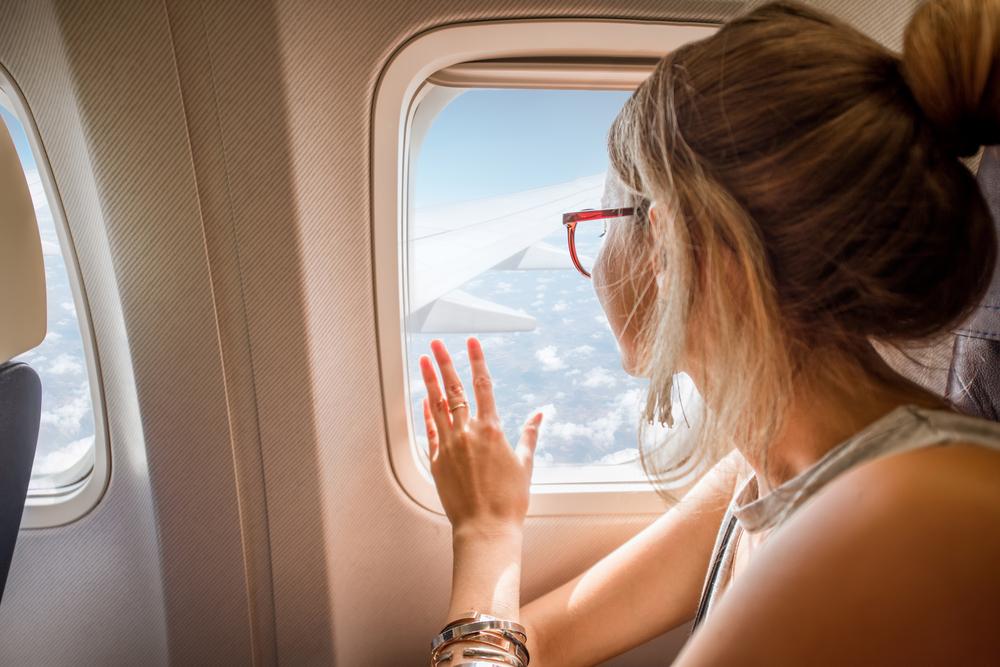 飛行機の外を見る女性