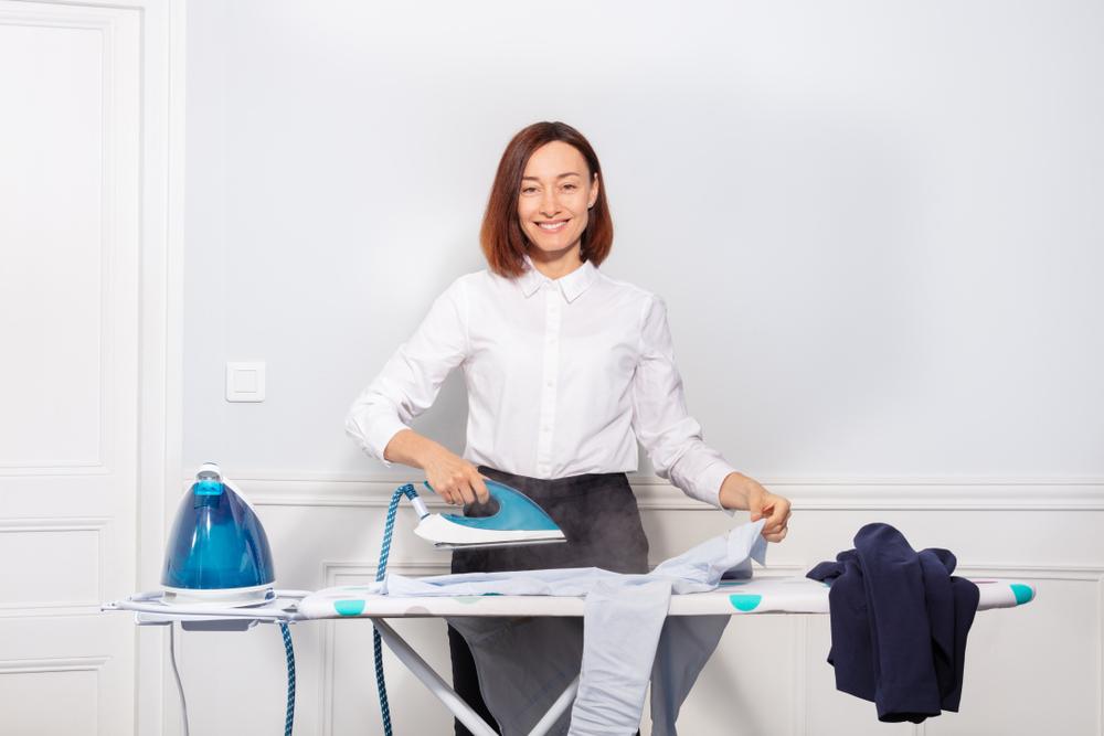 ワイシャツのアイロンがけをしている女性