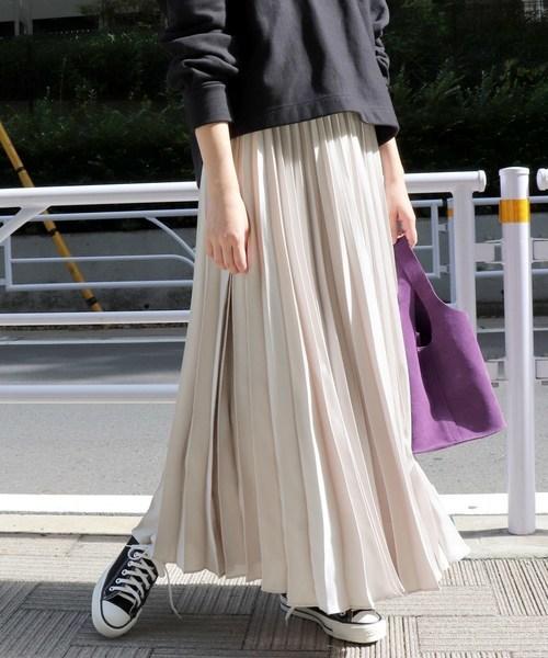 ナチュラルカラーのプリーツスカートを使ったコーデ
