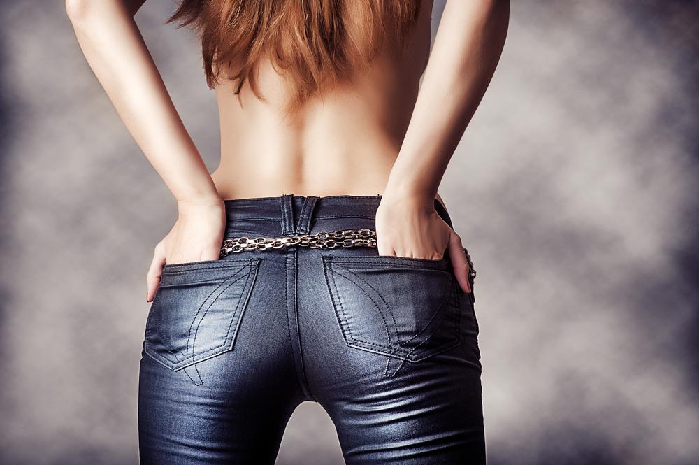 ズボンを履いた女性