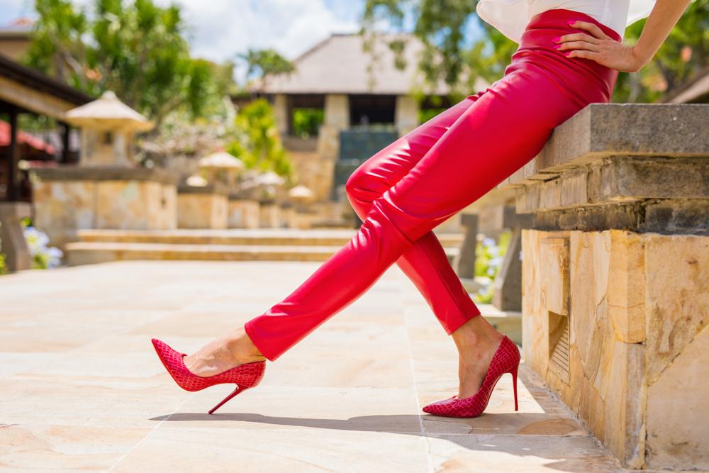 ピンクのズボンを履いた女性