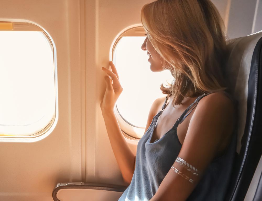 飛行機内に座る女性