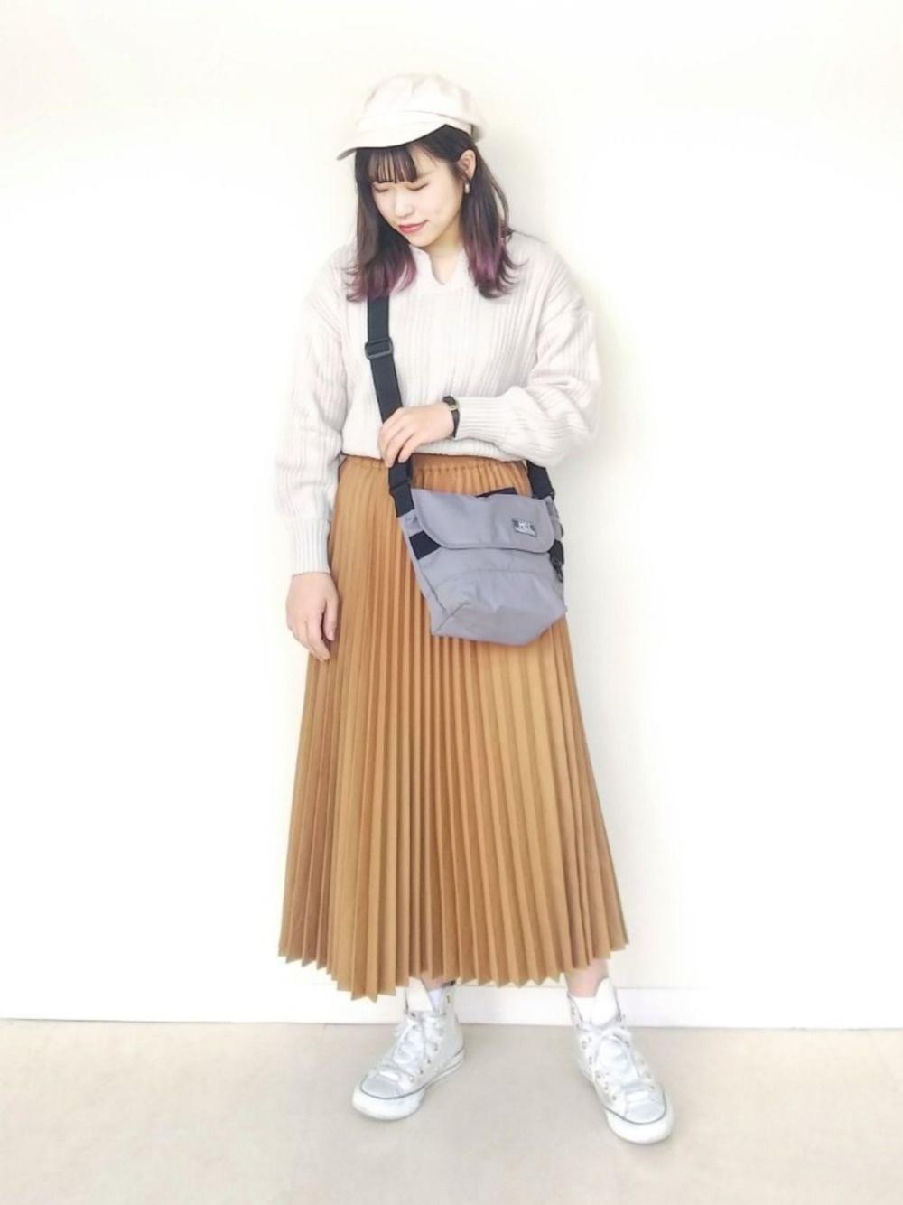プリーツスカートと白キャスケット