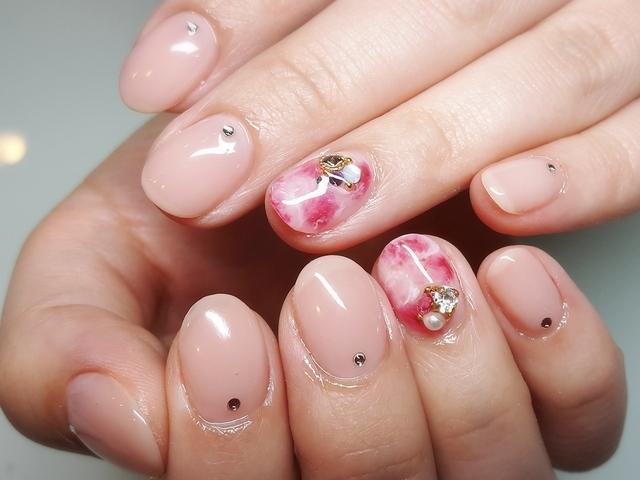ピンクのマーブルネイル