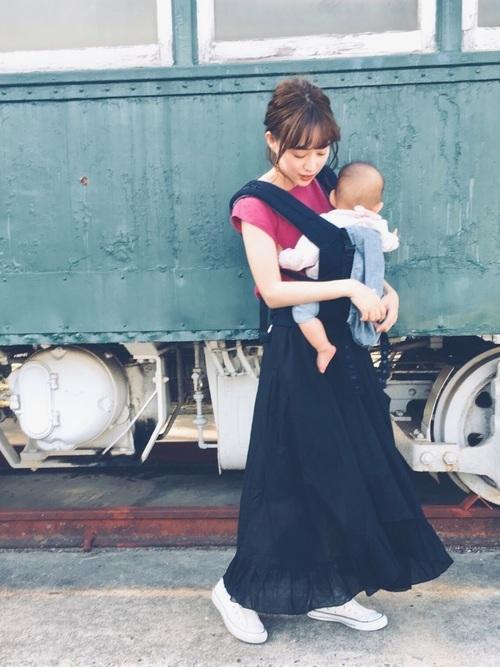 黒のロング丈スカートを使った夏の乳児ママコーデ