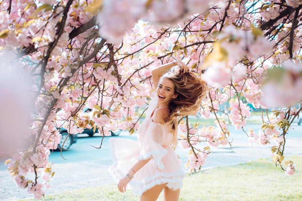 桜とフェミニンな女性