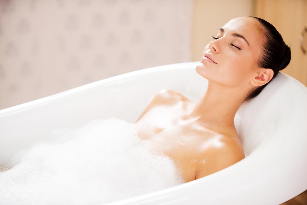 お風呂に入っている身長160cmの女性