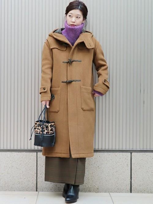 冬のカーキスカートとロングコートのコーデ