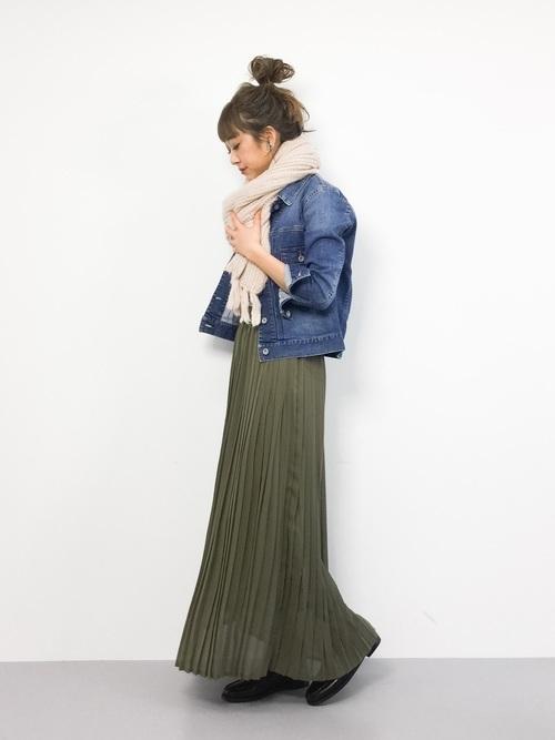 冬のカーキスカートとジージャンのコーデ