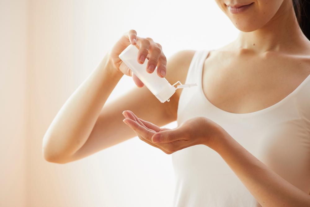 化粧水をコットンに取る女性