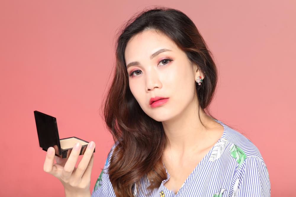 メイクをしているアジア女性