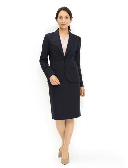 ブラックスーツを使った女性管理職の服装