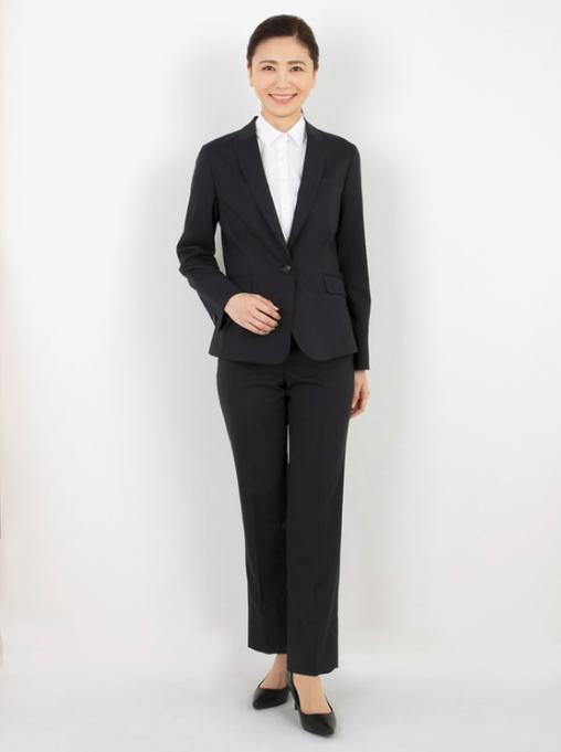 パンツスーツを使った女性管理職の服装