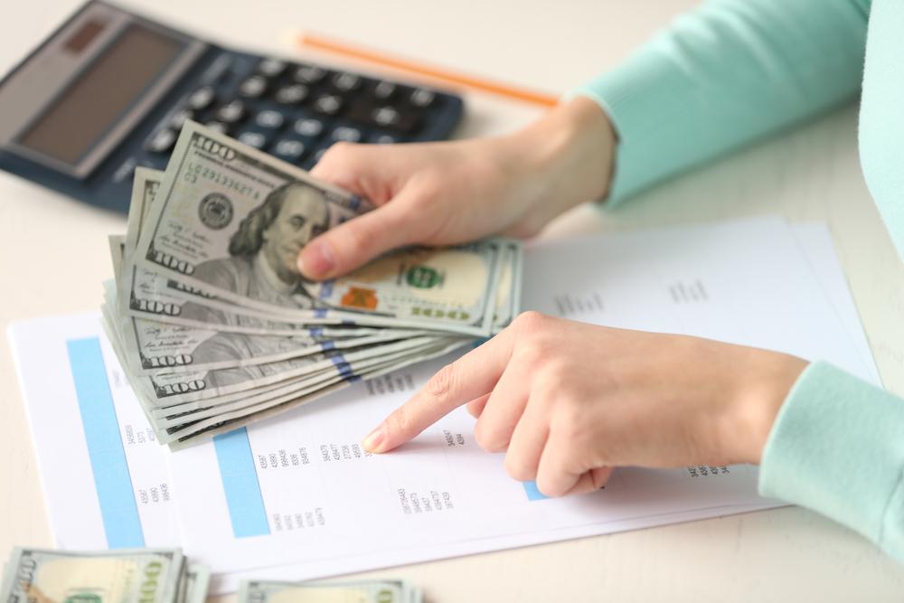 お金を計算する女性の手