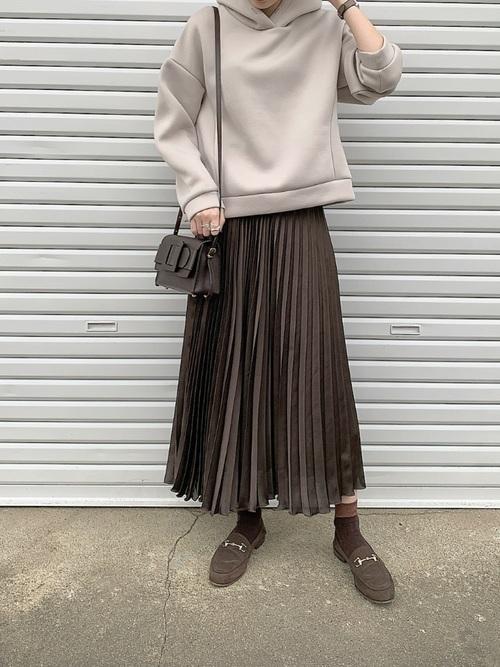 パーカー×プリーツスカート