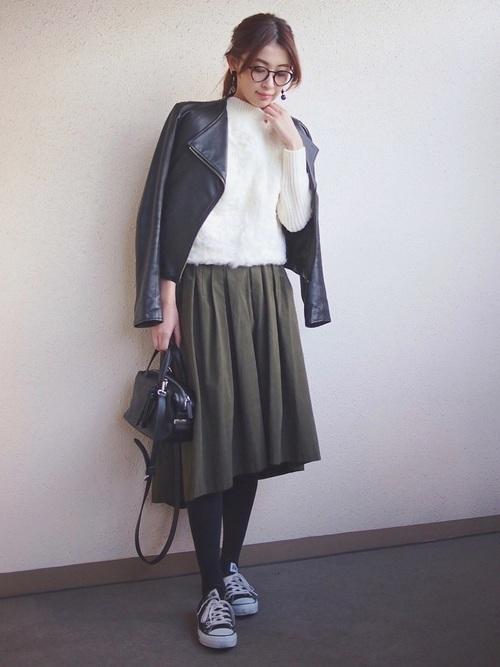 ライダースジャケットを使ったカーキスカートの春コーデ