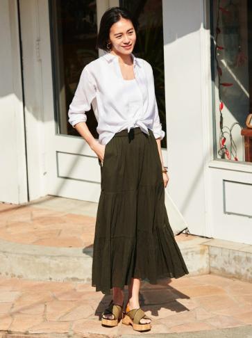 白シャツを使ったカーキスカートの春コーデ