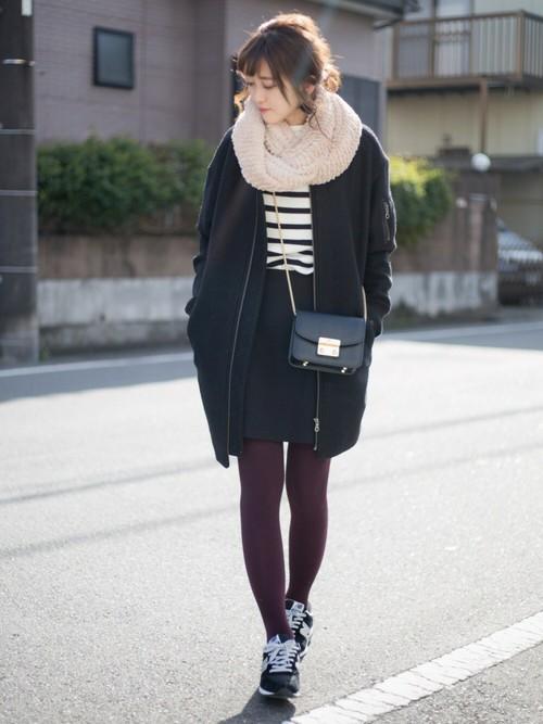 黒の台形スカートとカラータイツ