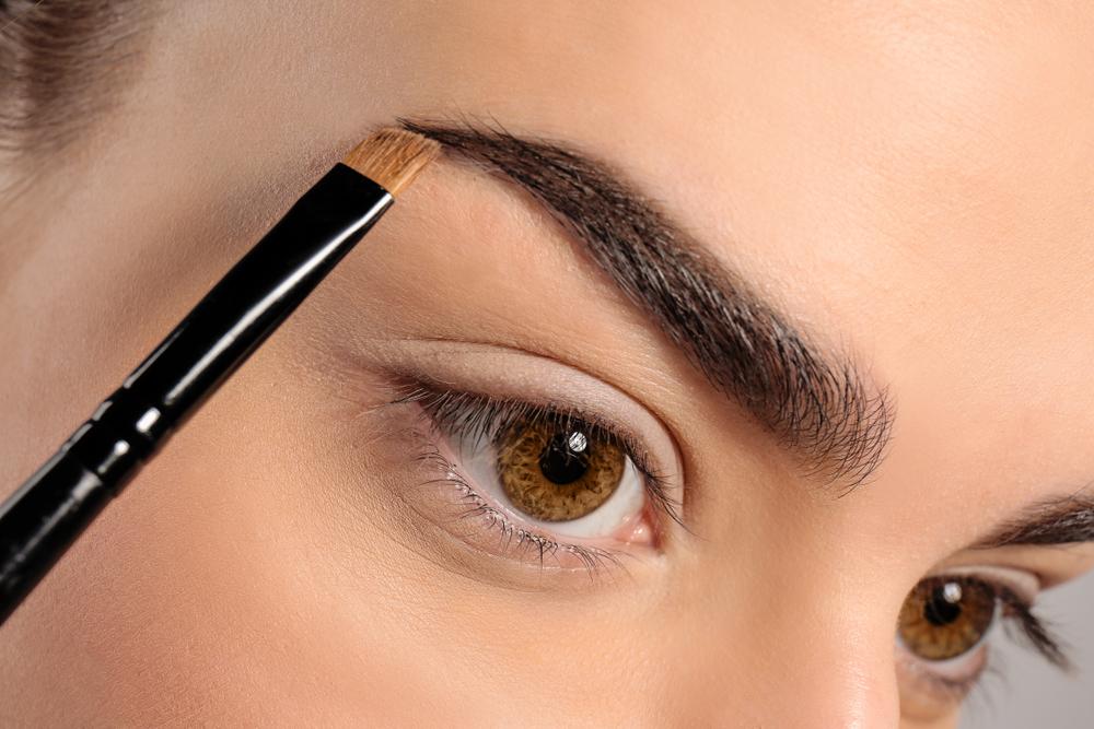 眉毛を整える女性