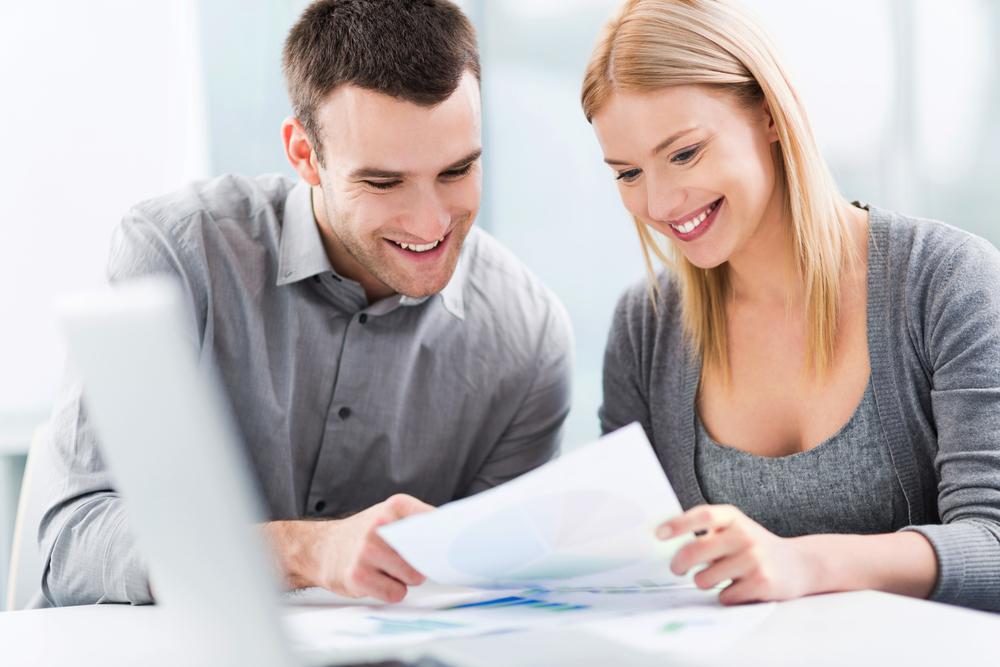 共働きで貯金方法を相談している夫婦