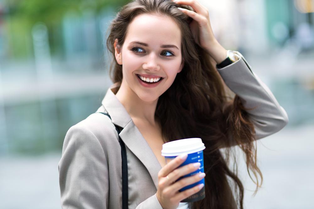 コーヒーを飲んでいる女性