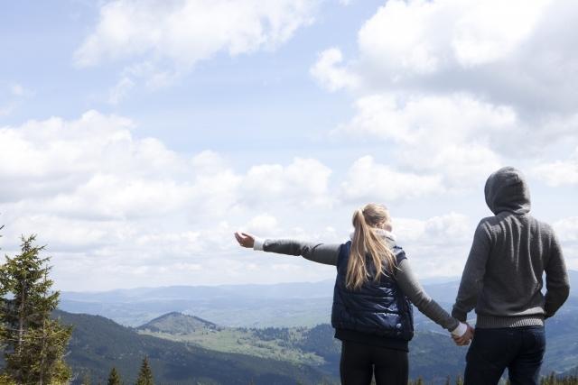 山を眺める男女
