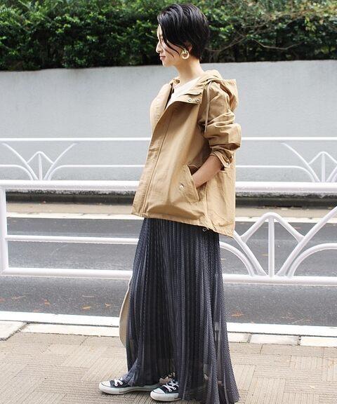 春におすすめのスカート×ベージュマウンテンパーカーのコーデ