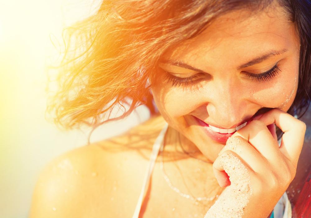 下を向いて微笑む女性