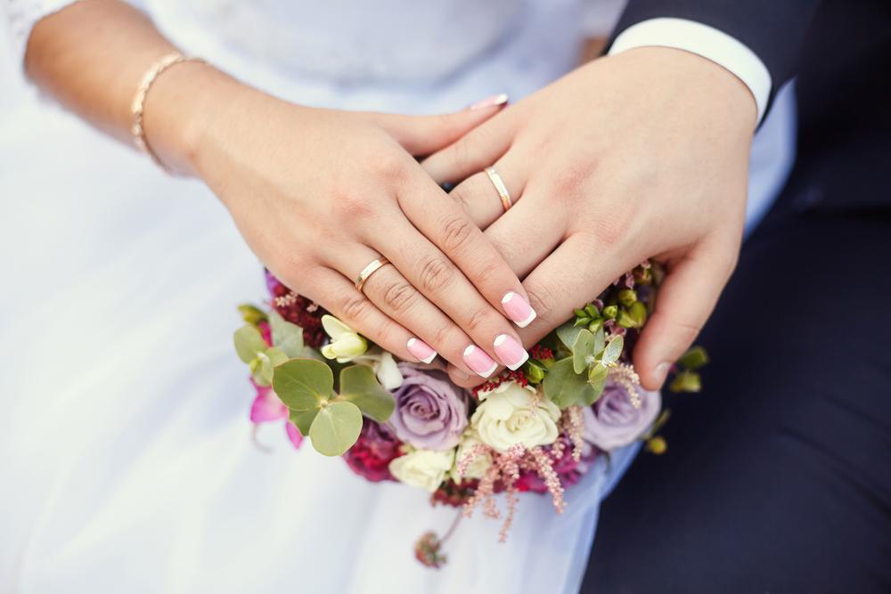 結婚指輪をはめた男女の手