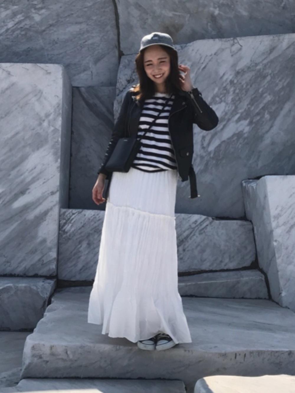 ライダースジャケットと白ロングスカート
