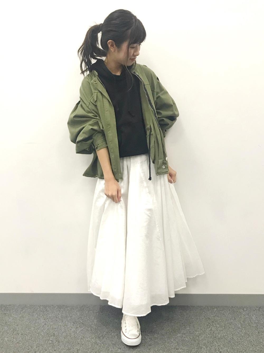 ミリタリーと白ロングスカート
