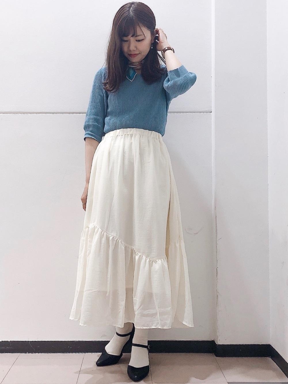 ニットと白ロングスカート
