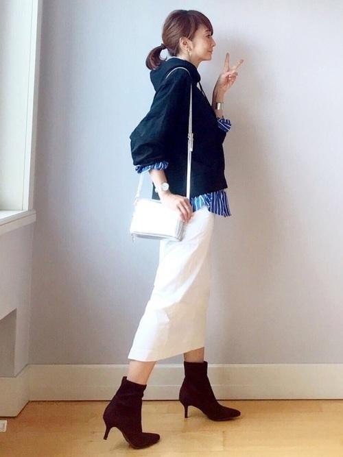 黒スウェット×白スカート