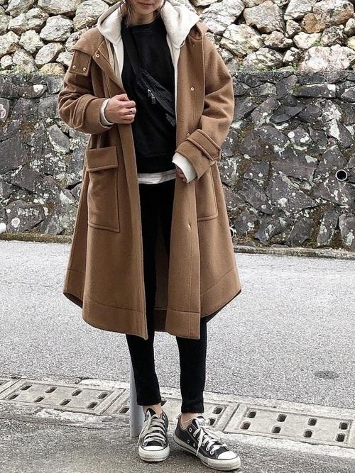 黒スウェット×ブラウンコート