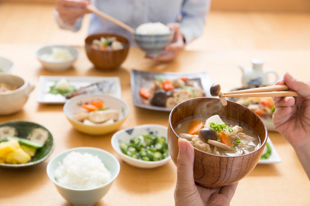 お味噌汁と箸