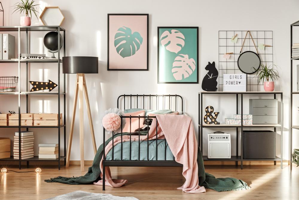 ピンクが基調の寝室