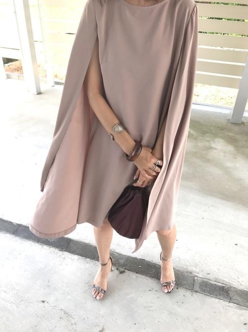 ベージュのアームスリットドレス