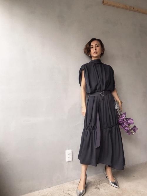 ハイネックの黒ドレス