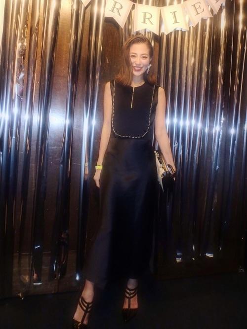 ハイブランドの黒ドレス