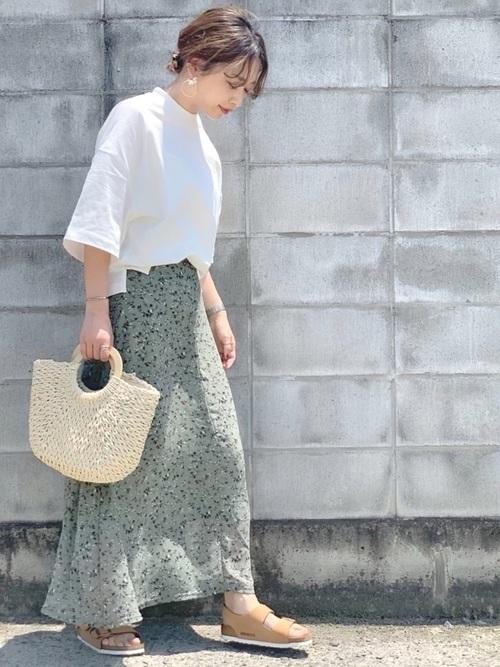 白Tシャツ×ミントグリーンスカート