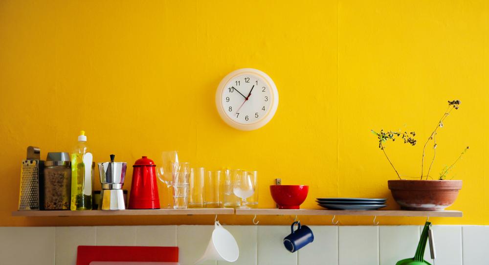 一人暮らしの女性のキッチン収納棚