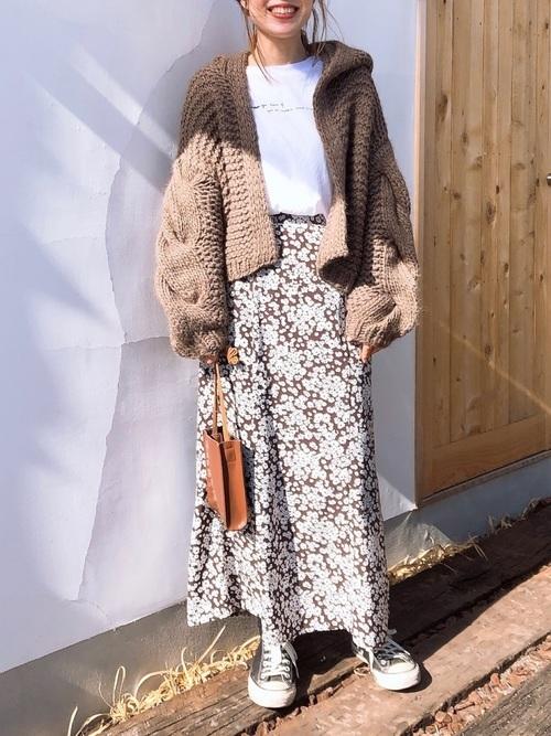 小花柄のスカートを使った30代コーデ
