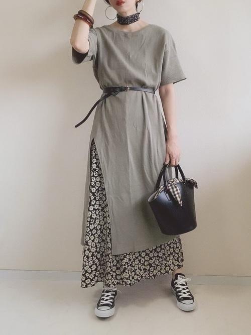 小花柄のスカートを使った40代コーデ