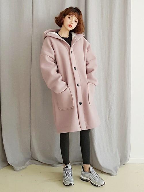 くすみピンクのフード付きコートコーデ