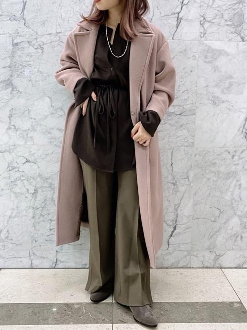 くすみピンクコートをアクセントにしたコーデ