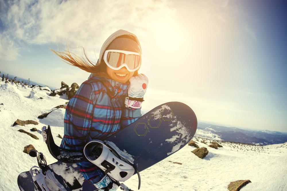 スノーボードを持つ女性
